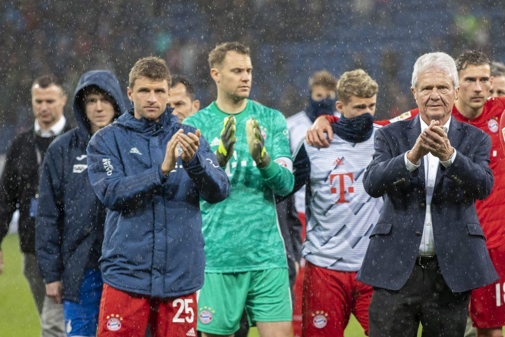 Dietmar Hoppot tapsolják a Bayern játékosai, élükön Thomas Müllerrel