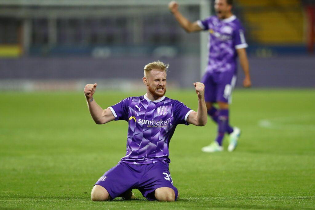 Sebastian Kerk térdelő gólöröme. Az osnabrückiet élvonalar is megkáró csatára 99 másodosuztályú bajnokin 16 gólt szerzett. Ebből khármat is a Regensburg ellen, a két csapat novemberi bajnokiján, amelyet a vendég VfL 4–2-re nyert meg (Fotó: Getty Images)